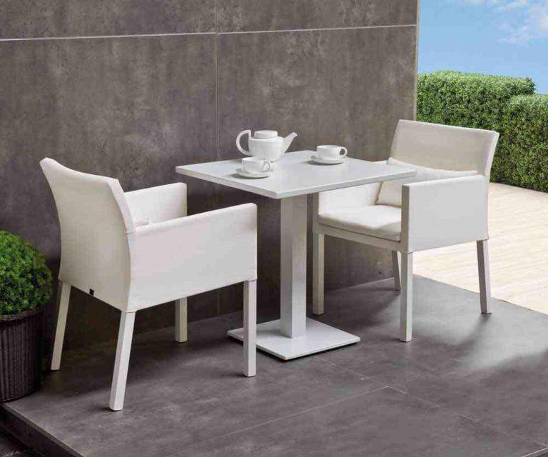 petite table de restaurant et fauteuil en textilene