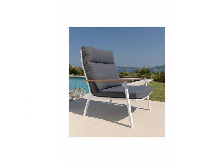 fauteuil d'extérieur en tissu et accoudoir en bois.